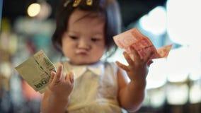 Liten flicka som väljer pengar vilket för att använda royaltyfri fotografi