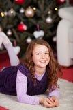 Liten flicka som väntar på Kristusbarnet Royaltyfria Bilder
