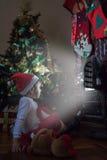 Liten flicka som väntar Santa Claus Royaltyfri Foto