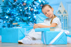 Liten flicka som vilar nära julgranen fotografering för bildbyråer