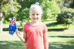 Liten flicka som vinkar den australiska flaggan royaltyfria bilder