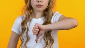 Liten flicka som visar tummar-ner, motvilja, barn f?r att inte rekommendera gmo-produkter stock video