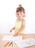 Liten flicka tecknar arkivfoto