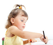Liten flicka tecknar arkivbild