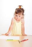 Liten flicka tecknar fotografering för bildbyråer