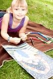 Liten flicka tecknar bilden arkivfoto