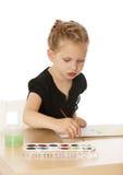 Liten flicka tecknar målarfärger royaltyfri fotografi