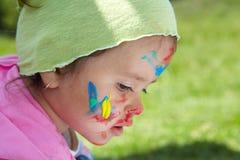 Liten flicka tecknar målarfärger arkivbilder