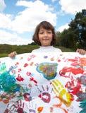 Liten flicka tecknar målarfärger royaltyfri bild