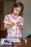 Liten flicka tecknar målarfärger hobby arkivfoton