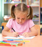 Liten flicka tecknar med den felt-tip pennan Royaltyfri Foto