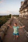 Liten flicka (turist) på det Bagan tempelet, Burma. royaltyfria bilder
