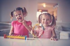 Liten flicka två på musikskolan arkivfoto