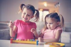 Liten flicka två på musikskolan royaltyfri bild