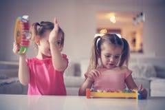 Liten flicka två på musikskolan royaltyfri fotografi