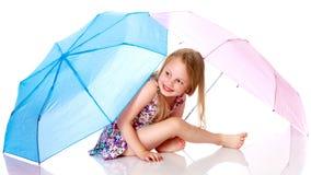 Liten flicka under ett paraply Royaltyfri Fotografi