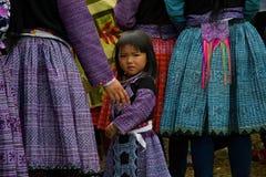 Liten flicka under förälskelsemarknadsfestival i Vietnam Royaltyfri Foto