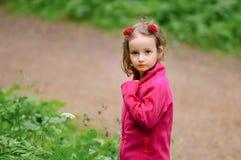 Liten flicka utomhus Royaltyfri Fotografi