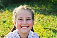 liten flicka utomhus Arkivfoto
