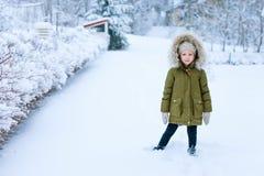 Liten flicka utomhus på vinter Royaltyfri Foto