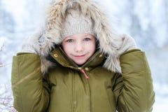 Liten flicka utomhus på vinter Royaltyfria Foton