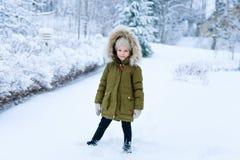 Liten flicka utomhus på vinter Royaltyfria Bilder