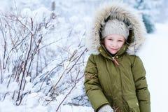 Liten flicka utomhus på vinter Arkivfoto