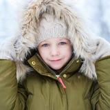 Liten flicka utomhus på vinter Arkivbilder