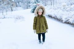 Liten flicka utomhus på vinter Fotografering för Bildbyråer