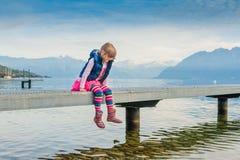 Liten flicka vid sjön Arkivfoto