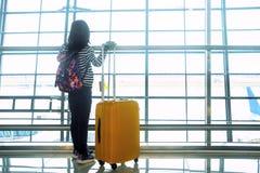 Liten flickaanseende i flygplatsen Arkivfoto