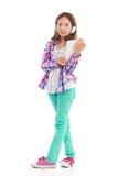 Liten flickaanseende med en digital minnestavla Arkivfoto