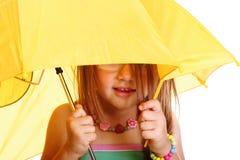 Liten flickaanseende med paraplyet Fotografering för Bildbyråer