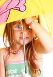 Liten flickaanseende med paraplyet Royaltyfri Fotografi