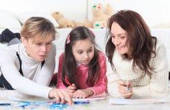 Liten flickaattraktioner med henne moder och farmor fotografering för bildbyråer