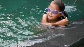 Liten flickabad som är undervattens- i simbassäng långsam rörelse stock video