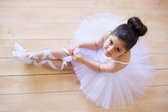 Liten flickaballerina i den vita ballerinakjolen arkivbild