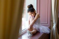 Liten flickaballerina i den vita ballerinakjolen arkivbilder