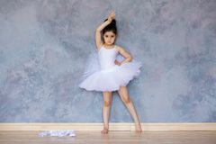 Liten flickaballerina i en vit ballerinakjol royaltyfri foto