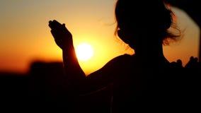 Liten flickadans i solnedgången på balkongen Konturnärbildskott lager videofilmer