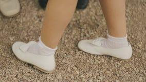 Liten flickadans i vita skor stock video