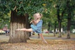 Liten flickadansaren hoppar i sommar parkerar arkivbilder
