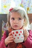 Liten flickadrinkar mjölkar Royaltyfri Bild