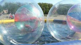 Liten flickaflundror inom stor uppblåsbar boll stock video