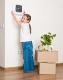 Liten flickaflyttning in i nytt hus Arkivbilder