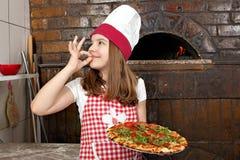 Liten flickahållpizza Fotografering för Bildbyråer