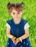 Liten flickainnehav i händerna av en stor fjäril royaltyfria bilder