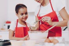 Liten flickakock Food med modern i kök arkivbilder