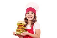 Liten flickakock med den stora hamburgaren Fotografering för Bildbyråer