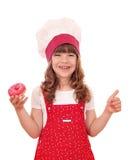 Liten flickakock med donuts och tummen upp Arkivbilder